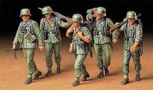 German Machine gun crew on maneuver in scale 1-35