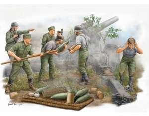 German s.FH 18 Field Howitzer Gun Crew in scale 1-35