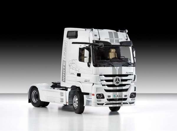 Niemiecka ciężarówka Mercedes-Benz Actros MP3, plastikowy model do sklejania Italeri 3884 w skali 1:24-image_Italeri_3884_1