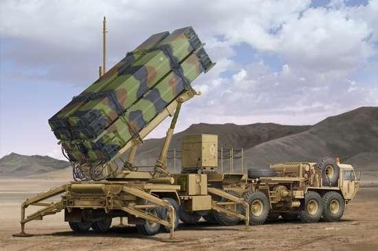Wyrzutnia rakiet Patriot wraz z ciągnikiem holowniczym Hemtt M983, plastikowy model do sklejania Trumpeter 01037 w skali 1:35