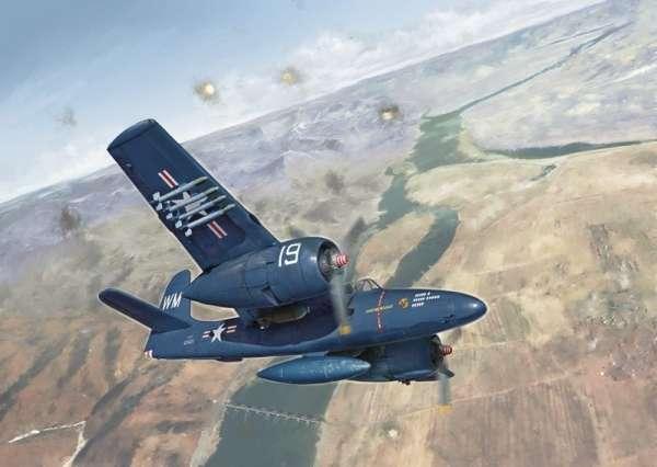 Model amerykańskiego myśliwca Grumman F7F-3 Tigercat, plastikowy model do sklejania Italeri 2756 w skali 1/48.