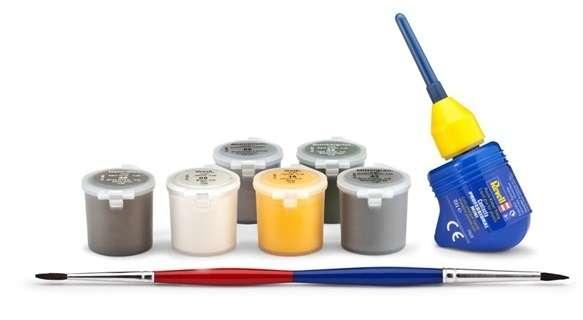 Farby, klej modelarski oraz pędzel - elementy zestawu modelarskiego Revell 05794