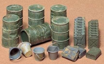 Zestaw beczek, kanistrów i wiader, plastikowe elementy do sklejania Tamiya 35026 w skali 1:35