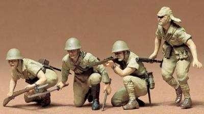 Figurki japońskich żołnierzy po sklejeniu i pomalowaniu.