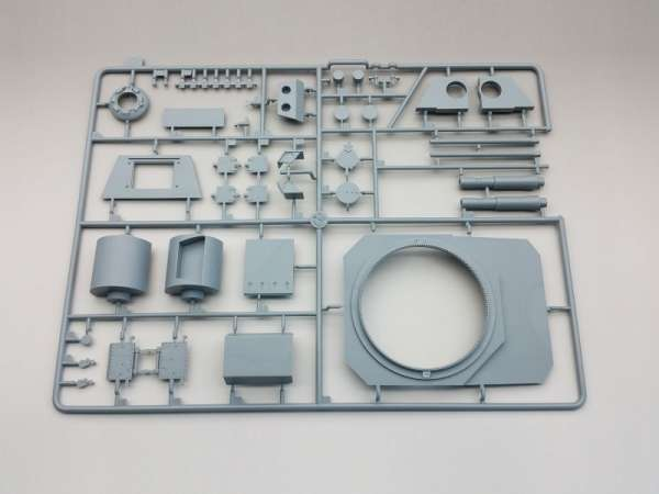 Amusing Hobby 35A016 w skali 1:35 - image f - model Flakpanzer E-100 88 mm Flakzwillig