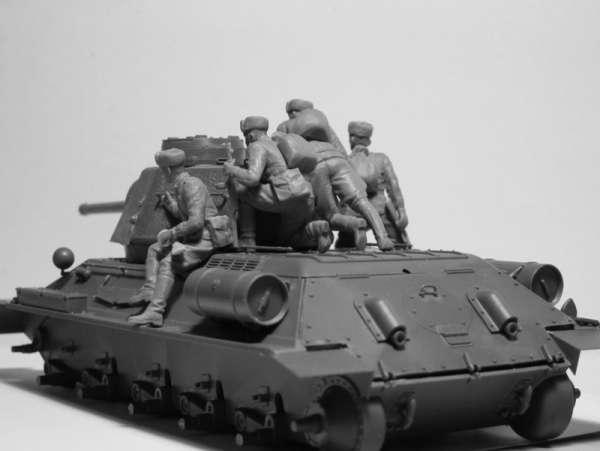 ICM 35640 Sovieccy żołnierze na czołgu 1943-45
