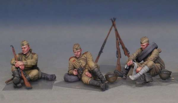 MiniArt 35233 w skali 1:35 - figurki Soviet soldiers taking a break do sklejania - image w