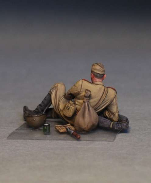 MiniArt 35233 w skali 1:35 - figurki Soviet soldiers taking a break do sklejania - image n
