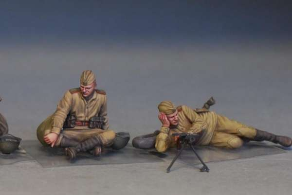 MiniArt 35233 w skali 1:35 - figurki Soviet soldiers taking a break do sklejania - image u